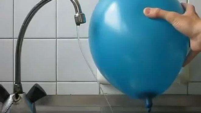 Статическое электричество отклоняет струю воды в сторону
