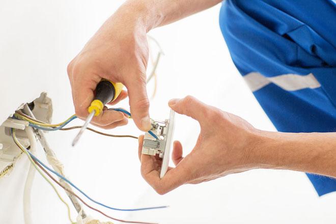 Подключение розетки электриком.