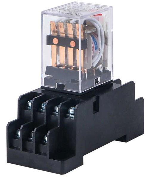 Внешний вид электромагнитного реле с тремя группами контактов.