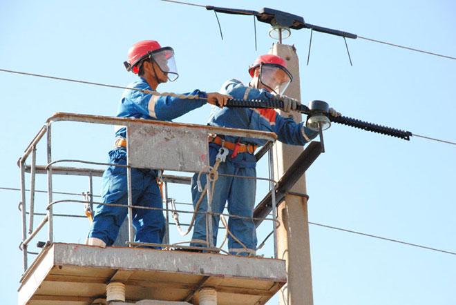 Монтаж воздушной линии электромонтёрами.