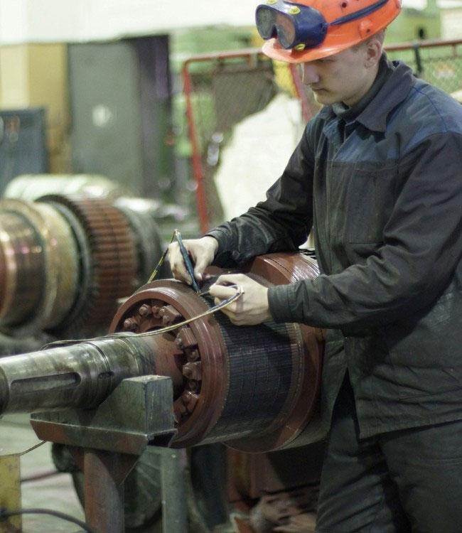 Электрослесарь проверяет целостность обмоток электродвигателя.
