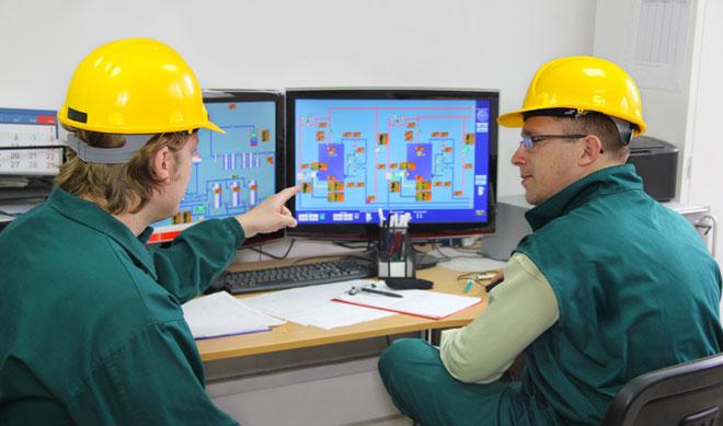Инженера-энергетики контролируют параметры сети.