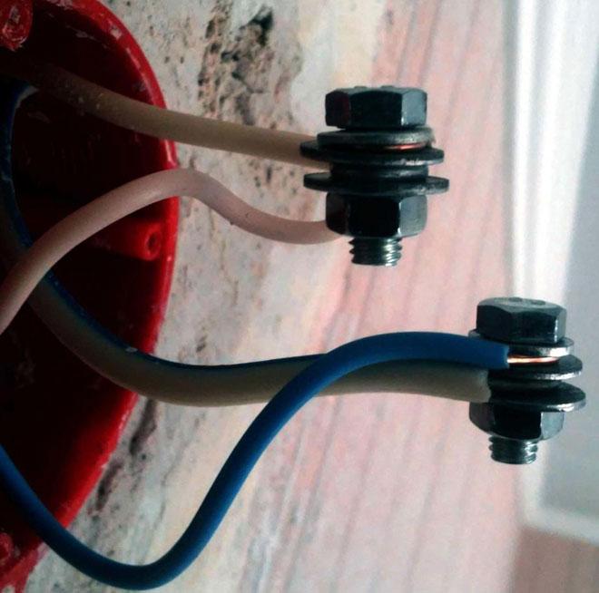 Соединение проводов с помощью болта, шайб и гайки.